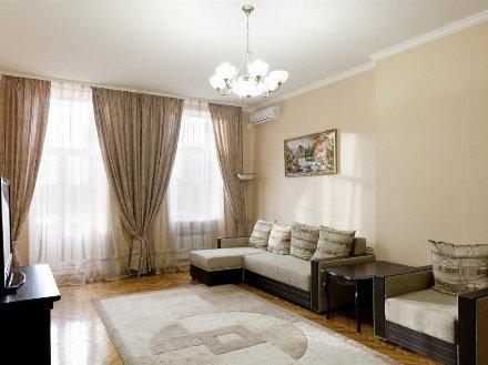Сдам на длительный срок двухкомнатную квартиру на 4-м этаже 16-этажного дома площадью 60 кв. м. в Астрахани