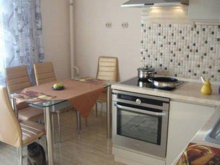 Сдам посуточно двухкомнатную квартиру на 4-м этаже 14-этажного дома площадью 62 кв. м. в Хабаровске