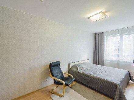 Продам однокомнатную квартиру на 5-м этаже 13-этажного дома площадью 38 кв. м. в Екатеринбурге