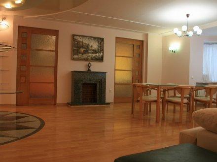 Сдам на длительный срок трехкомнатную квартиру на 4-м этаже 6-этажного дома площадью 105 кв. м. в Санкт-Петербурге