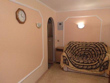 Сдам на длительный срок двухкомнатную квартиру на 5-м этаже 5-этажного дома площадью 49 кв. м. в Калуге