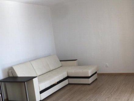 Сдам на длительный срок однокомнатную квартиру на 3-м этаже 5-этажного дома площадью 37 кв. м. в Калуге