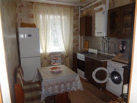 Сдам на длительный срок однокомнатную квартиру на 2-м этаже 10-этажного дома площадью 33 кв. м. в Астрахани